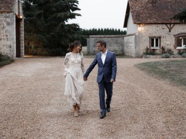 Les mariés arrivent à pied...